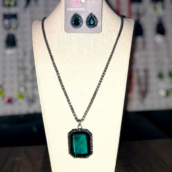 Emerald jewel pendant and earrings